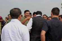 श्री अध्यक्षद्वारा माननिय मुख्य मंत्रीलाई फूलमाला लगाउदै को तस्वीर
