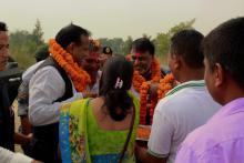 श्री उपाध्यक्षद्वारा माननिय मुख्य मंत्रीलाई फूलमाला लगाउदै को तस्वीर